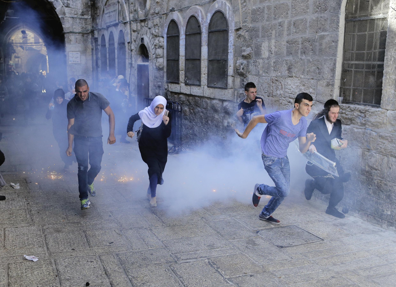 Cảnh khu thánh địa Jérusalem mờ mịt khói lựu đạn cay, ngày 28/09/2015