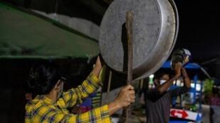 法广存档图片:缅甸政变后,仰光民众敲锅以示抗议 摄于2021年2月2日 星期二 Image d'archive RFI : Des habitants de Rangoun frappent des casseroles en signe de protestation contre le coup d'État militaire en Birmanie, le 2 février 2021.