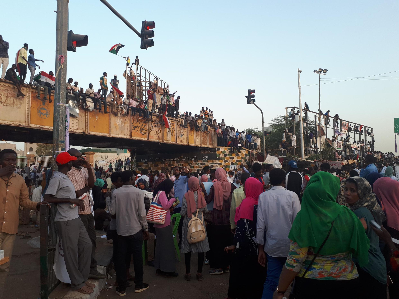 Les Soudanais ont une nouvelle fois défilé dans la rue pour maintenir la pression contre le pouvoir, ce jeudi 2 mai.