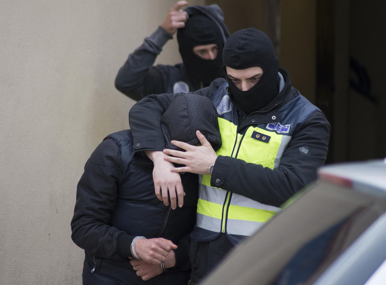 Cảnh sát Tây Ban Nha bắt những kẻ nghi ngờ tham gia đường dây thánh chiến, tại Melilla, ngày 16/12/2014.