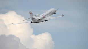 Le Falcon 8X, nouveau jet d'affaires de la société Dassault Aviation, lors de son premier vol d'essai, au Bourget, le 12 juin 2015. Une étape clé en vue de son entrée en service au second semestre 2016.