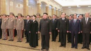 Kim Jung-un et sa femme au palais Kumsusan pour marquer le troisième anniversaire de la mort de Kim Jong-il, le 17 décembre.