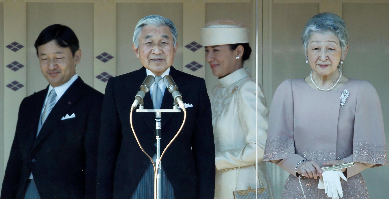 O Imperador japonês Akihito (2º esq.) com a Imperatriz Michiko (direita), o Príncipe Herdeiro Naruhito (esq) e a Princesa Coroa Masakó.