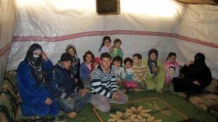Des réfugiés syriens qui ont fui leur pays installés provisoirement dans une tente dans la ville de Qaa, dans la Bekaa, au Liban.