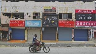 印度班加羅爾為遏制Covid-19病毒蔓延於2020年7月15日周三封城。 La ville de Bangalore s'est reconfinée mercredi pour une semaine pour tenter de freiner la propagation du Covid-19.