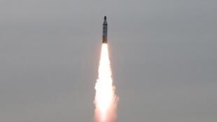 Hình ảnh phóng thử tên lửa từ tầu ngầm do hãng tin KCNA đăng tải ngày 24/04/2016.