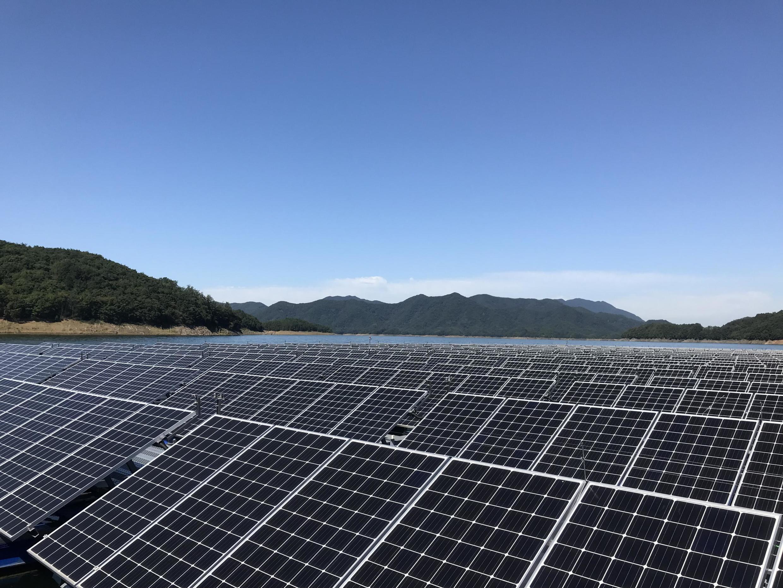 Le projet-pilote de centrale solaire flottante sur le lac de Chungju, en Corée du Sud, a été construit en 2017 et permet d'alimenter mille foyers en électricité. La Corée du Sud veut à présent construire la plus grande centrale solaire flottante au monde.