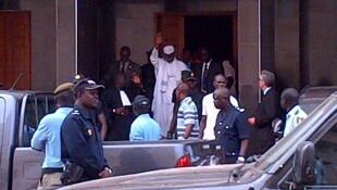 Hissène Habré, sortant des Chambres africaines après son inculpation, mardi 2 juillet 2013 à Dakar.