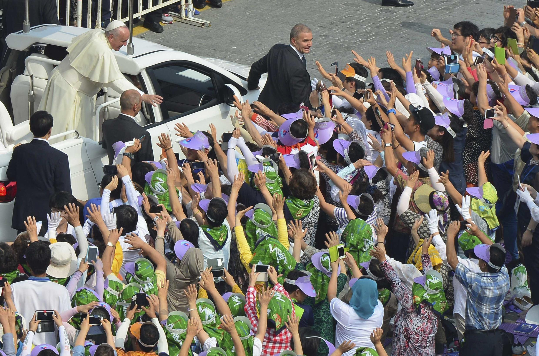 Đức Giáo hoàng Phanxicô vẫy chào các giáo dân tại quảng trường Gwanghwamun ở trung tâm Seoul, ngày 16/08/2014.