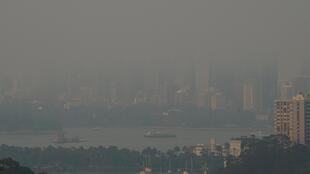 2019年12月19日包裹悉尼港的火災濃煙