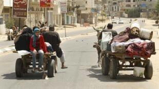 Falasdinawa suna yin hijira daga gidajensu saboda hare haren da Isra'ila ke kai wa Gaza