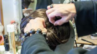 В мастерской актеры могут  примерить парик, попробовать грим, сделать прическу, а главное — объяснить на родном языке свои просьбы и ощущения от примерки.