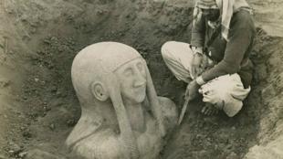Découverte d'une statue funéraire sur le site de fouille de Tell Halaf.