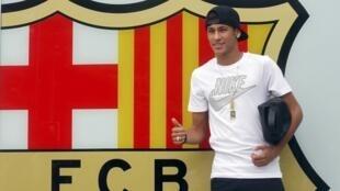 Neymar chega à sede do Barcelona nesta segunda-feira, 3 de junho de 2013.