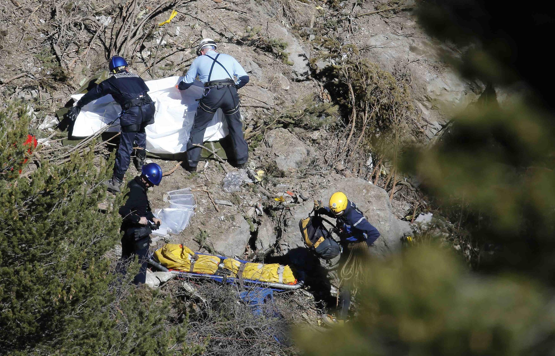 Equipes de resgate trabalham na localização de restos mortais e destroços no local onde caiu o voo da Germanwings.