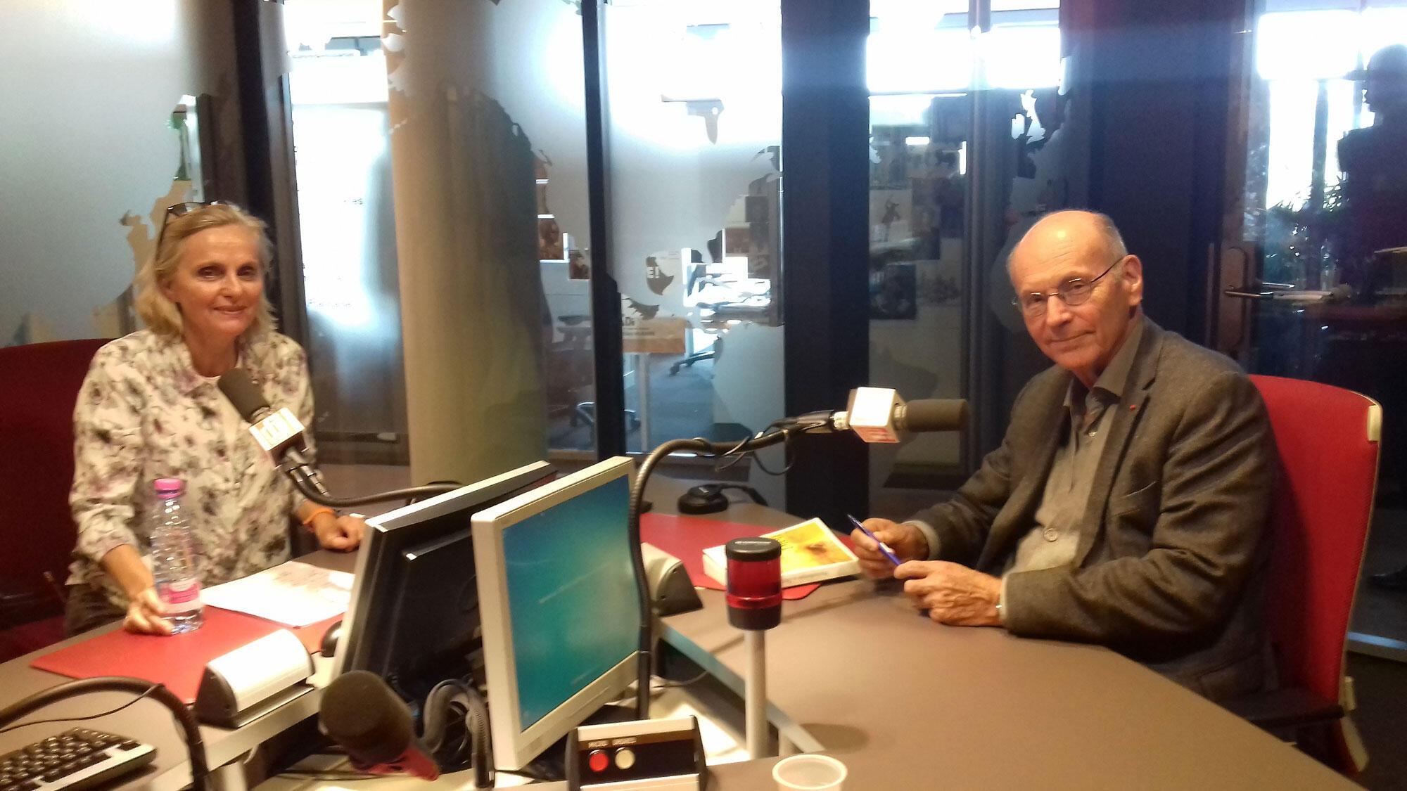 Geneviève Delrue et Boris Cyrulnik en studio à RFI.