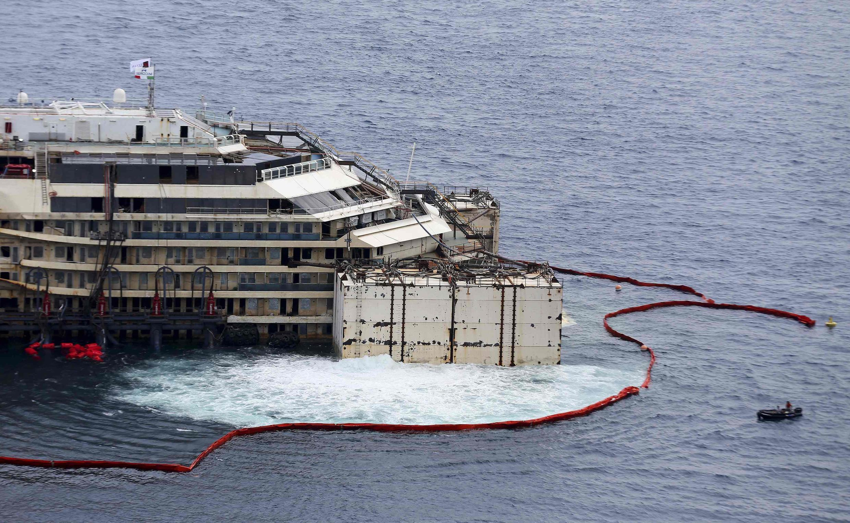 O Costa Concordia voltou a flutuar nesta segunda-feira (14), depois de dois anos e meio encalhado.