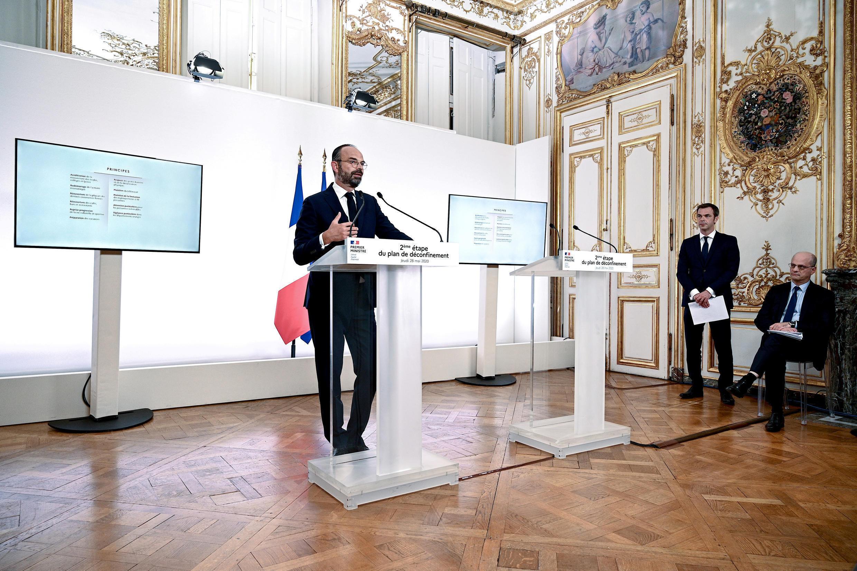 Эдуар Филипп объявляет о второй фазе снятия санитарных ограничений во Франции. Справа — министр здравоохранения Оливье Веран и министр образования Жан-Мишель Бланкер (сидит).