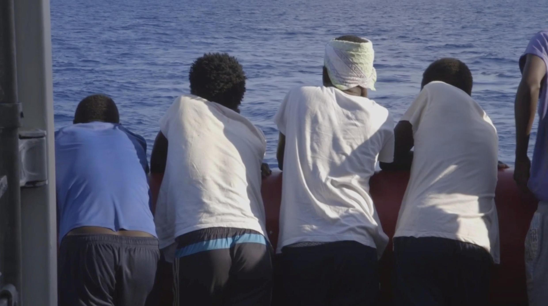 Grupo de migrantes resgatado do Ocean Viking, no mar Mediterrâneo