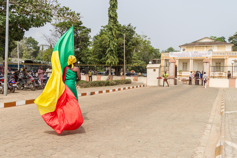 Muandamanaji wa kike mbele ya majengo ya bunge la kitaifa mjini Porto Novo,  4 avril 2017.