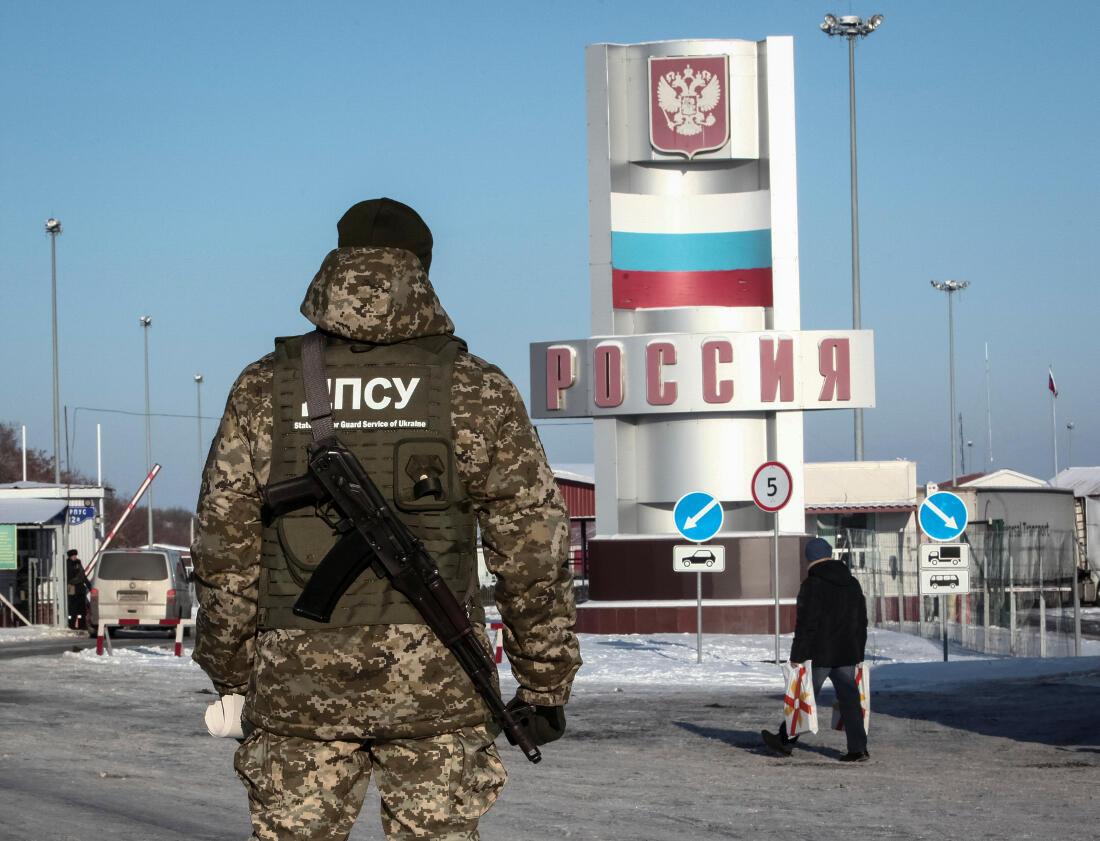 Một người lính biên phòng Ukraina tại khu vực giáp giới với Nga ở Kharkov.