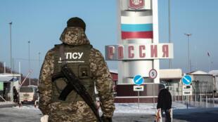 Un garde-frontière ukrainien se tenant à un point de passage à la frontière ukraino-russe dans la région dans l'oblast de Kharkiv, 28 novembre 2018. (Photo d'illustration)