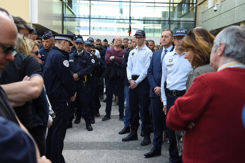Полицейские в Монпелье на церемонии памяти коллеги, который накануне покончил с собой. 19 апреля 2019