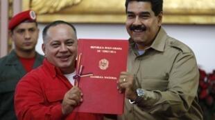 Nicolas Maduro reçoit du président de l'Assemblée Nationale le document dit de loi habilitante, lui donnant le droit de promulguer des décrets-lois pour un an.