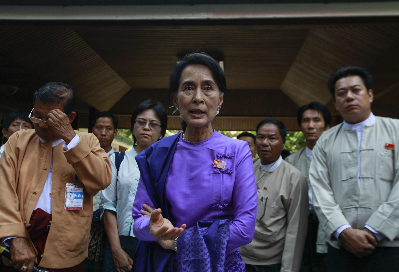 Aung San Suu Kyui fala com repórteres neste domingo, 10/03/2013, em Yangon.