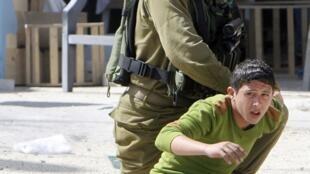 Soldado israelense prende adolescente palestino durante protesto perto da cidade de Nablus, no dia 2 de março de 2013.