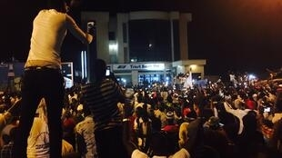Le nouveau président Adama Barrow accueilli par la foule, le 26 janvier 2017.