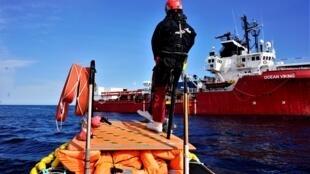 Debout sur la plateforme avant de son bateau semi-rigide, Jérémie dirige les opérations de sauvetage.