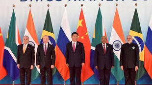 Da esquerda para a direita: o presidente brasileiro Michel Temer, o presidente russo Vladimir Putin, o presidente chinês Xi Jinping, o presidente sul-africano Jacob Zuma, e o primeiro-ministro indiano Narendra Modi.