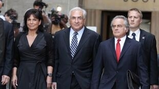 Dominique Strauss-Kahn et sa femme Anne Sinclair, à la sortie du tribunal de New York, ce mardi 23 août.