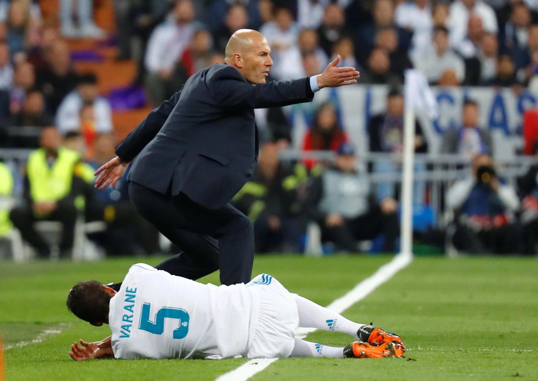 Huấn luyện viên Zinedine Zidane phản ứng khi hậu vệ Varane bị phạm lỗi trong trận lượt về gặp Bayern Munich tối 1/5/2018 trên sân nhà Santiago Bernabeu, Madrid.