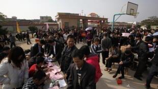 Dân làng Ô Khảm, Quảng Đông xếp hàng đăng ký để đi bầu lãnh đạo ngày 01/02/2012.