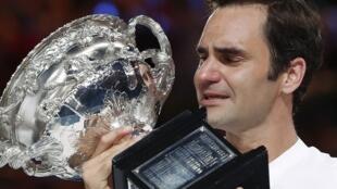 O tenista suíço Roger Federer chora ao segurar seu sexto troféu do Aberto da Austrália em 28 de janeiro de 2018.
