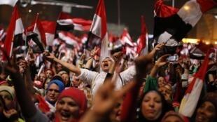 En las calles de El Cairo los manifestantes anti Morsi celebran el anuncio de su derrocamiento