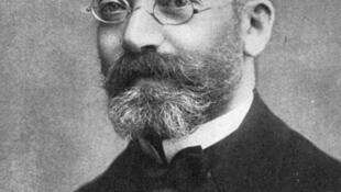 Ludwig Zamenhof (1859-1917) a écrit sous le nom de Doktoro Esperanto  le premier livre de ce qu'il appelait la «langue universelle». Par raccourci, cette langue s'appelle désormais l'espéranto.
