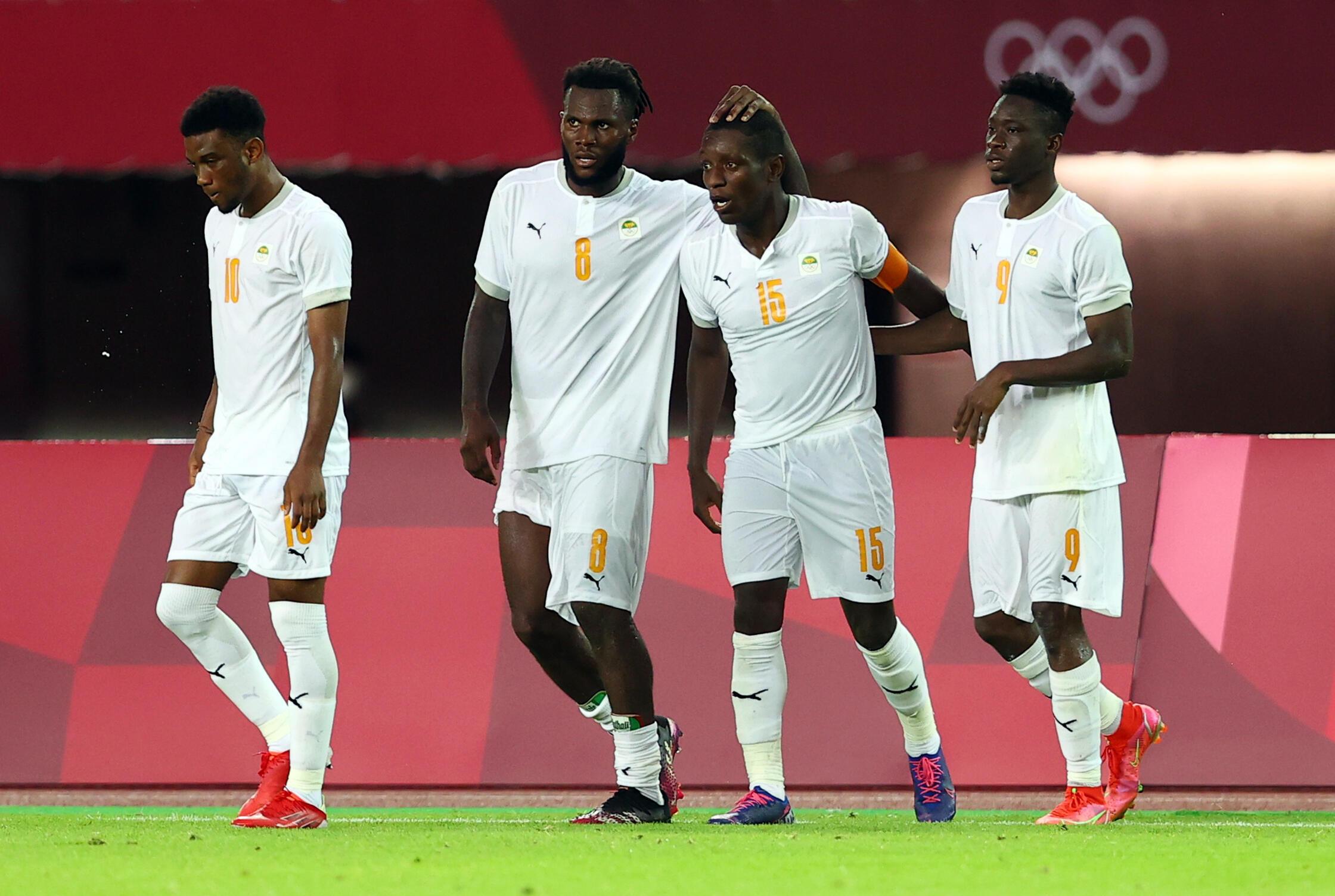 Le footballeur ivoirien Max-Alain Gradel félicité par ses coéquipiers après son but contre l'Espagne, le 31 juillet.