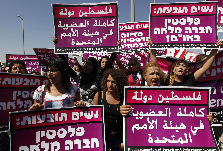 Biểu tình của người Palestine, Israel và các nhà hoạt động nữ quyền tại một trạm kiểm soát Israel gần thành phố Ramallah (Cijordanie)