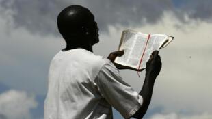 Mhubiri wa mitaani huko Lilongwe, Malawi. Baadhi ya raia wa nchi za Kiafrika wanajaribu kufanya ibada zao na sala kwa kukabiliana na janga la Covid-19.