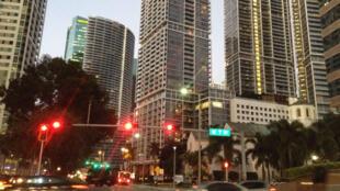 Centre de Miami, le rêve américain, où de nouvelles vagues de migrants cubains depuis 1994 changent le paysage politique.