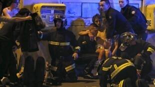 Vítimas de atentado em Paris são socorridas.