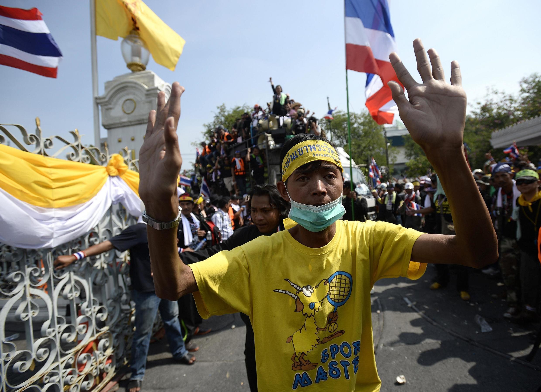Activistas opositores ingresaron en el recinto de la sede del gobierno tailandés, el 3 de diciembre de 2013.