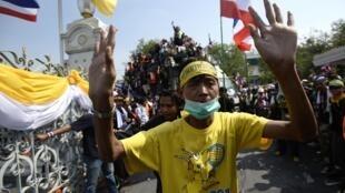 Đoàn biểu tình xâm chiếm tòa nhà chính phủ Thái Lan, Bangkok, 03/12/2013.