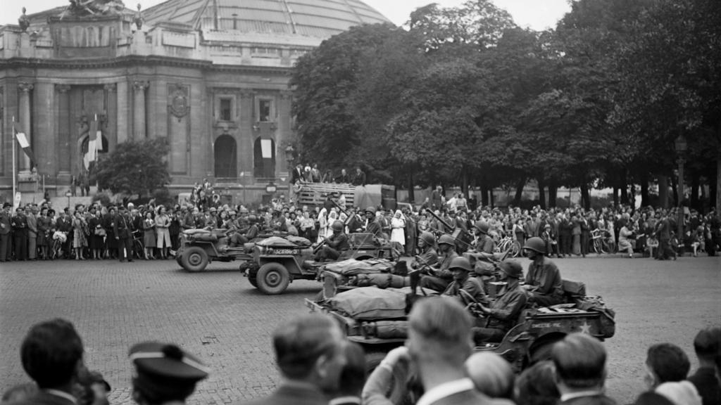 Dakarun kawancen kasashen Turai a harabar fadar Champs Elysées Avenue dake Paris, yayin faretin murnar nasarar murkushe sojojin Nazi na Jamus, dake karkashin Adolf Hitler yayin yakin duniya na biyu.