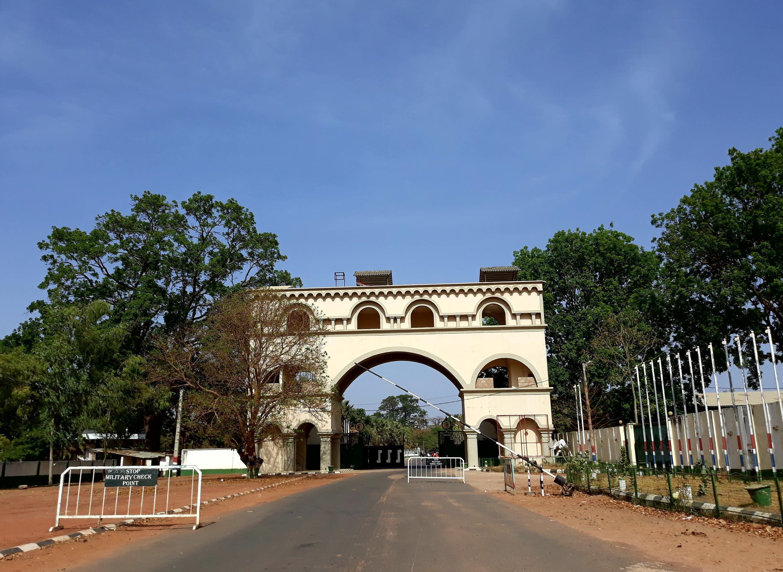 L'entrée du palais de Yayah Jammeh à Kanilaï.