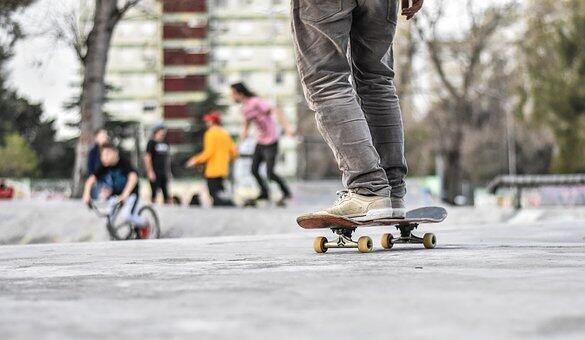 Un sport en ville: le skateboard.