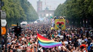Apesar das pancadas de chuva esparsas, milhares de pessoas foram às ruas na Gay Pride de Berlim.